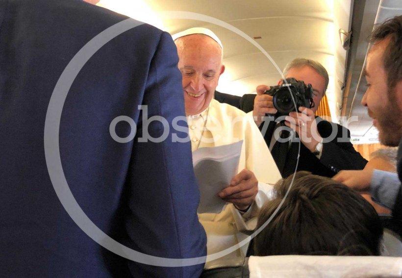 Primele imagini cu Papa Francisc în România! Suveranul Pontif a aterizat la București