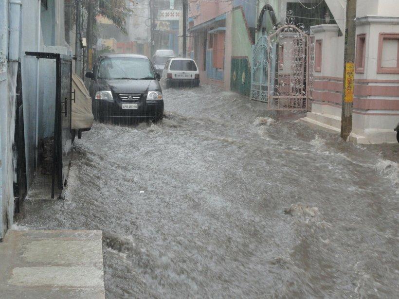 Ploile torențiale și inundațiile continuă să facă prăpăd în țară. Peste 60 de locuințe dintr-o comună, inundate