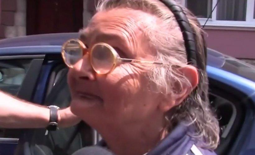 Caz uluitor în Oradea. Această bătrână de 72 de ani a fost ridicată de mascaţi pentru că vindea droguri elevilor de liceu