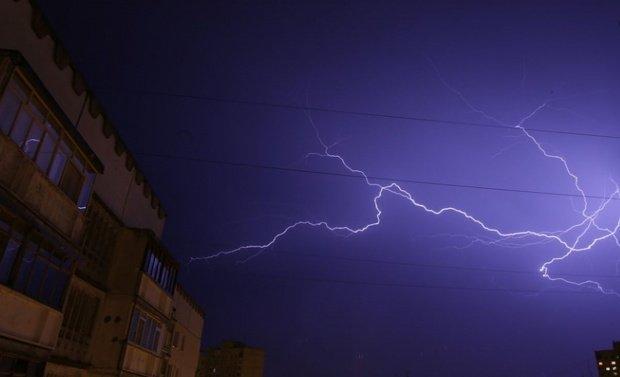 Alertă meteo pentru București. Ploi torenţiale şi vijelii, până marți noapte