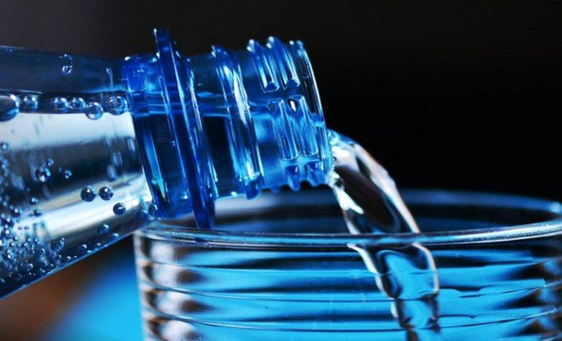 De ce nu e recomandat să consumați apă minerală zilnic. Poate duce la agravarea unor boli