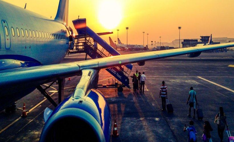 O tânără aflată într-un avion a deschis o ieșire de urgență crezând că e toaleta. Nu bănuia nici pe departe ce ar putea urma. A fost nevoie doar de o secundă