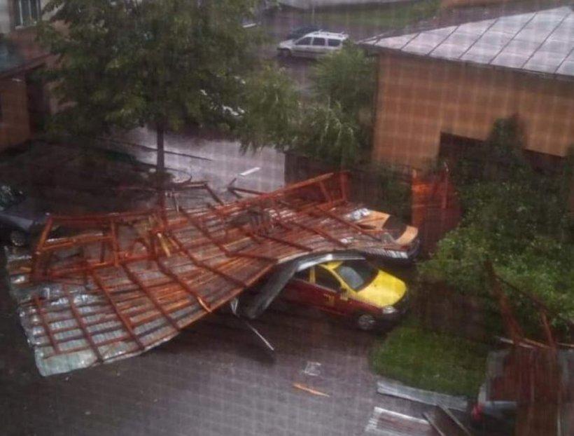 Prăpăd la Târgu Jiu. Vântul a smuls acoperișul unui bloc și l-a aruncat peste mașini