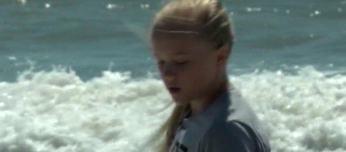 Fetița se plimba liniștită pe plajă, când a găsit ceva care a făcut-o să urle după mama ei: a înghețat!