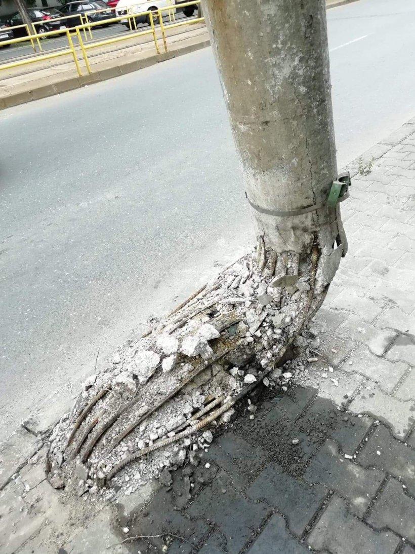 Situație revoltătoare pe o stradă din Capitală! Un stâlp stă să cadă de o săptămână, dar nimeni nu ia măsuri