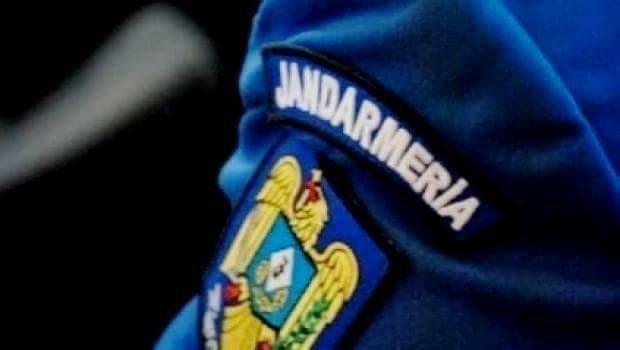 Un alt jandarm a fost rănit. Bărbatul a fost lovit cu o masă în cap