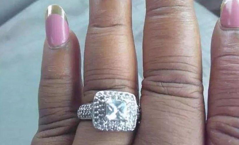 """O femeie a vrut să se laude cu inelul de logodnă pe Facebook, însă în poză a apărut altceva. """"M-a lăsat cu gura căscată"""""""