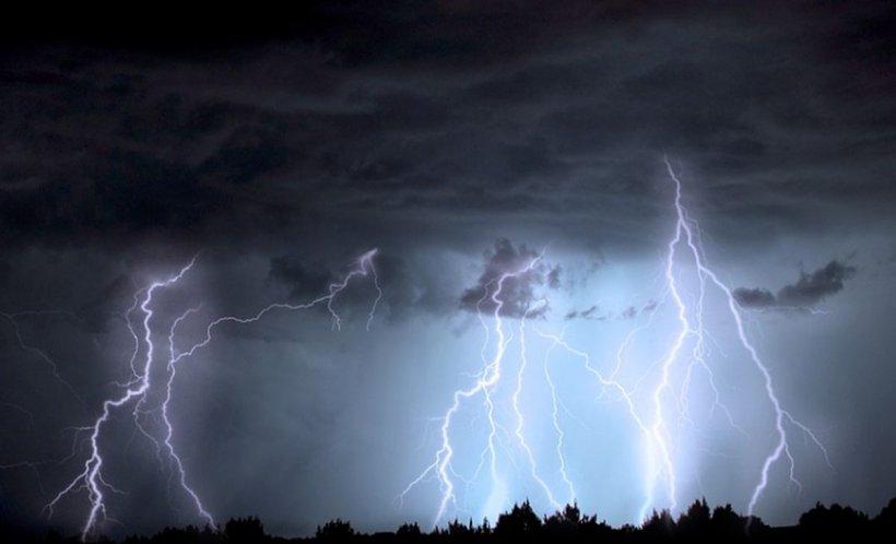 O nouă tornadă, filmată în România, cu puțin timp înainte de lăsarea serii