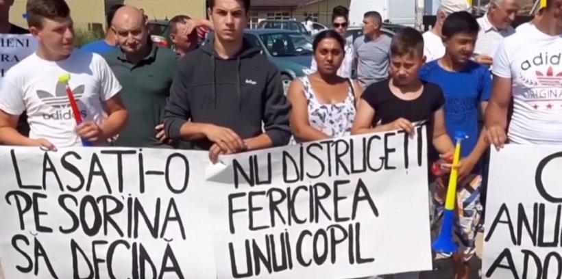 """Mobilizare pentru fetița abuzată de autorități. Sute de oameni au ieșit în stradă și scandează """"Uniți pentru Sorina"""""""