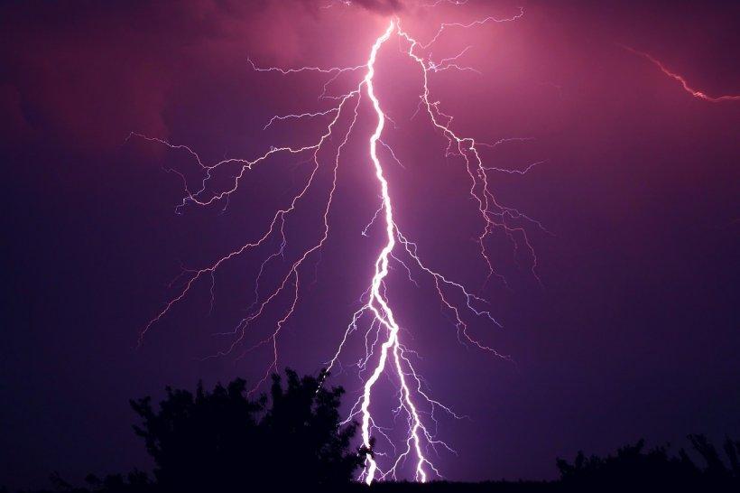 Alertă în ţară din cauza fenomenelor meteo. Un bărbat a fost lovit de trăsnet 16