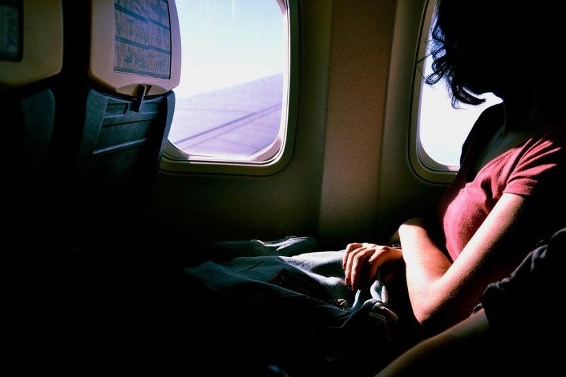 """Femeia a adormit în avion, iar când s-a trezit a crezut că trăiește un coșmar: """"Nu poate fi adevărat!"""""""