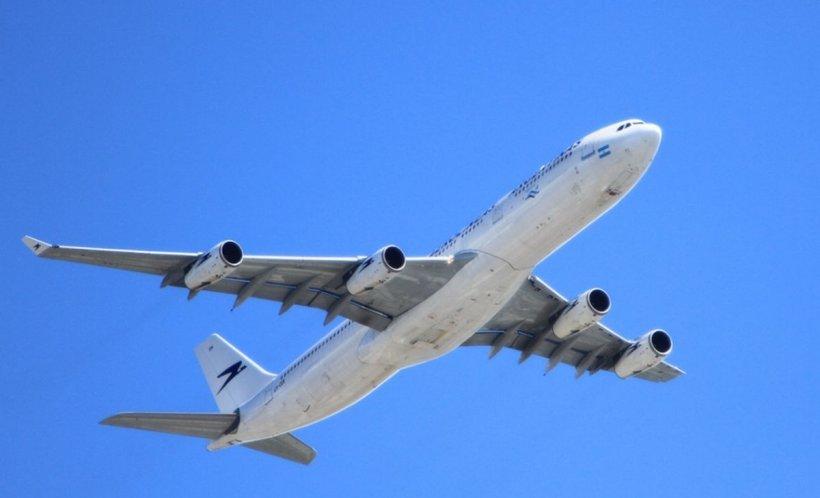 Scandalos. O fetiță de trei ani a fost aleasă de o companie aeriană să rămână în afara unui avion prea aglomerat