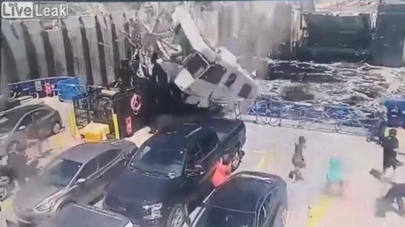 Imagini şocante în Canada. O rulotă a căzut peste un bac plin cu oameni - VIDEO