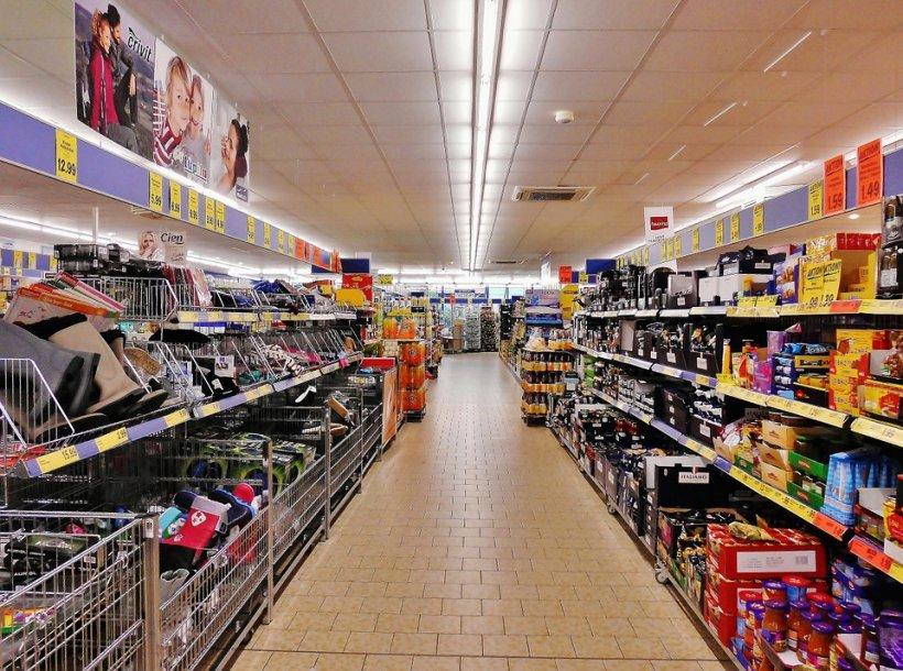 Se afla într-un supermarket, când s-a apropiat de frigiderul orizontal să se uite la produsele congelate. S-a speriat de moarte. A început să țipe ca din gură de șarpe (FOTO)