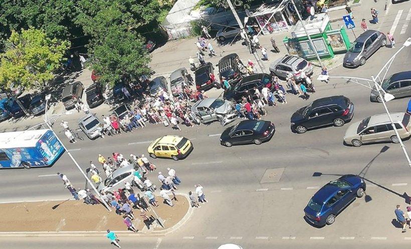Accident pe bulevardul Iuliu Maniu din București. Doi oameni au ajuns la spital