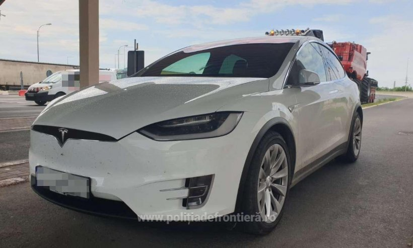 Doi români cu mașini Tesla de 170.000 de euro au ajuns în Vama Giurgiu, dar au plecat pe jos