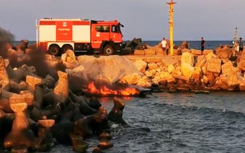 Incendiu în Eforie Nord. O șalupă a luat foc în port - VIDEO
