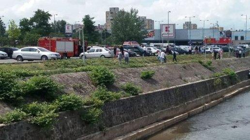 Bărbatul se plimba în apropiere de râul Săsar din Baia Mare, când a văzut cum o mașină se desprinde singură din locul de parcare și pornește spre apă. A format imediat numărul de urgență (FOTO)