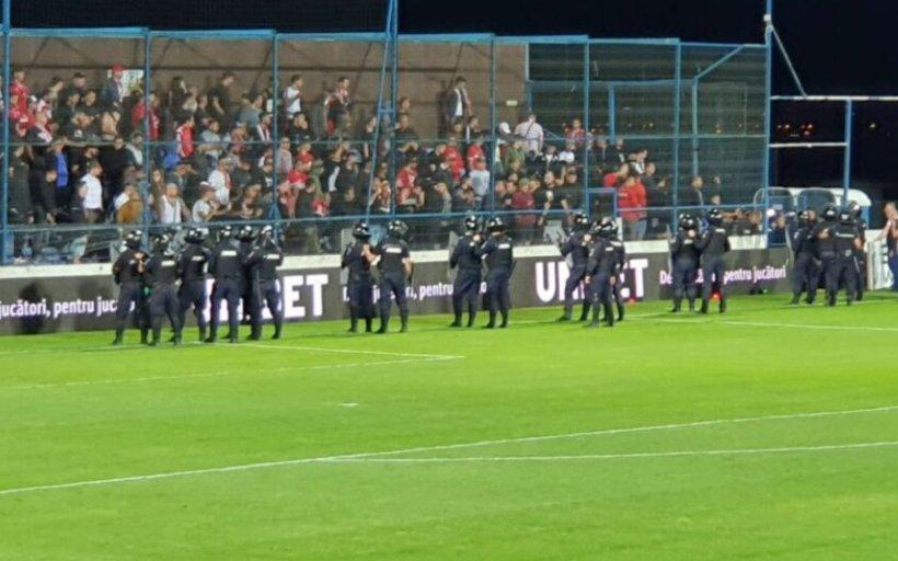 """Scandal la Viitorul - Dinamo. Ultrașii """"câinilor roșii"""" au intrat pe teren și au oprit jocul"""