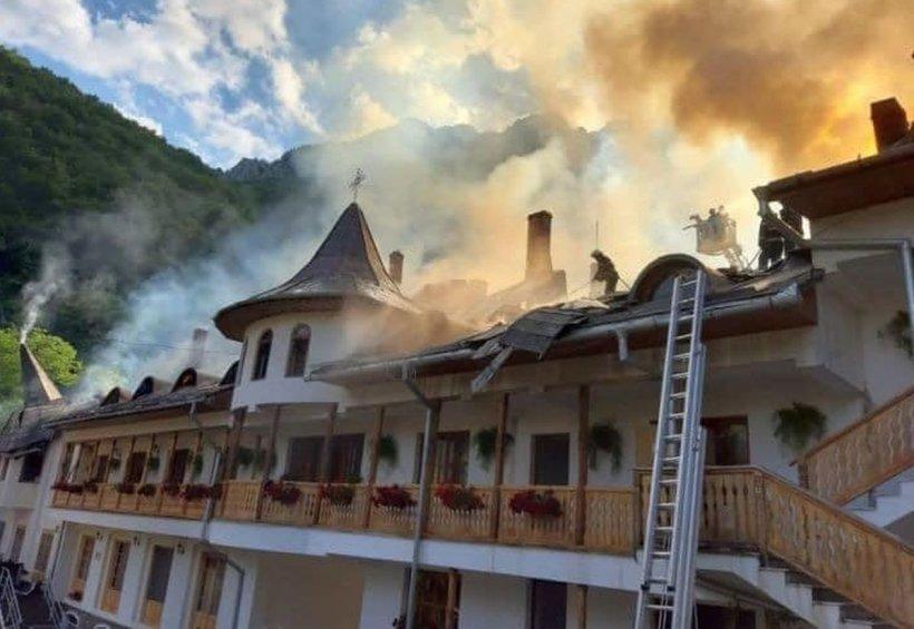 Mănăstirea de la Râmeț, refăcută cu bani de la Guvern, după ce a fost afectată de incendiu