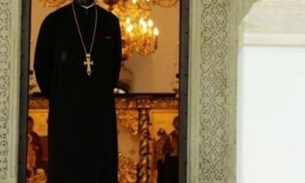 Preotul, bănuit că a sedus o fetiţă de 13 ani pe Facebook, a fost reținut de polițiști