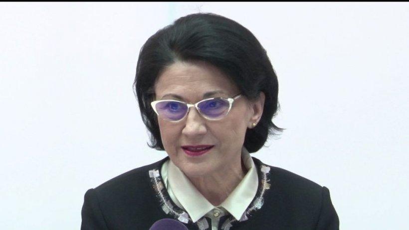 Gafa ministrului Educaţiei, devenită refren al unei melodii compusă de un grup de liceeni - VIDEO