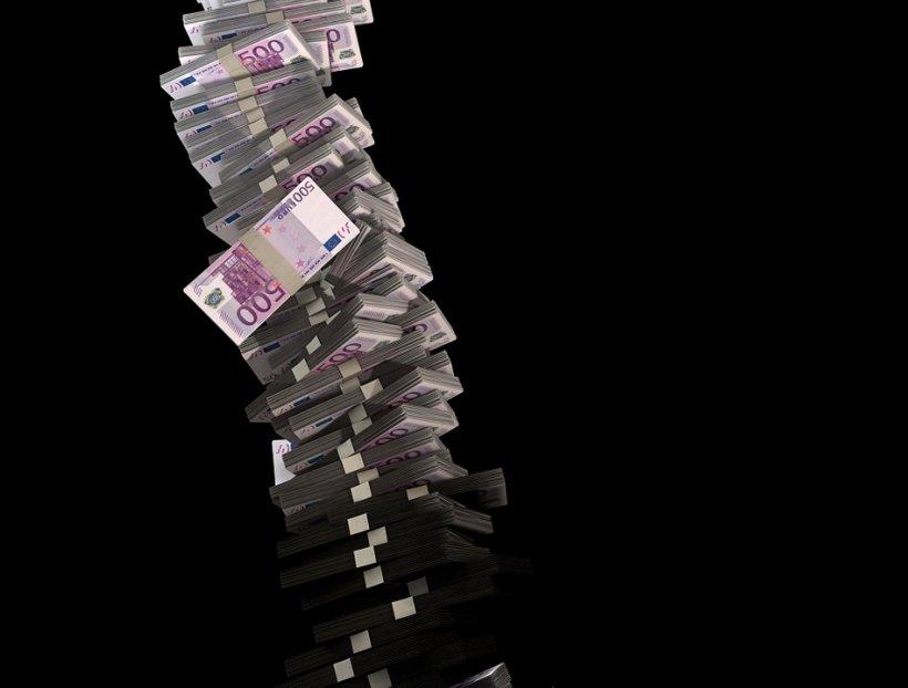 VIDEO. A plouat cu bani într-un mare oraș. Lumea s-a bulucit să prindă cât mai multe bancnote