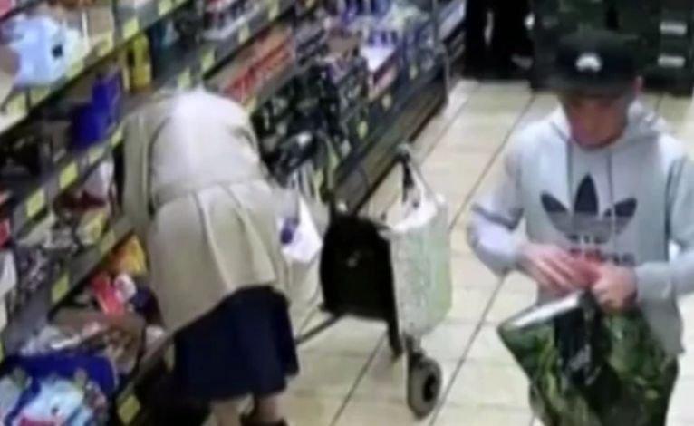 Bărbatul s-a apropiat în supermarket de bătrâna de 86 de ani. Nimeni nu s-a așteptat nicio clipă la ce a urmat. Totul a fost surprins de o cameră de supravegehere. După câteva luni ceva cumplit s-a întâmplat cu femeia (FOTO)