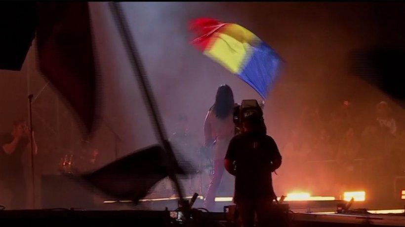 Ultima noapte de distracţie la Electric Castle. Ce artist a cântat cu steagul României în mână - VIDEO