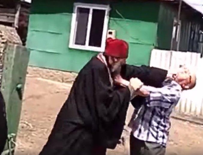 VIDEO. Imagini incredibile. Un preot s-a dus beat la o pomană și apoi s-a luat la bătaie cu rudele mortului