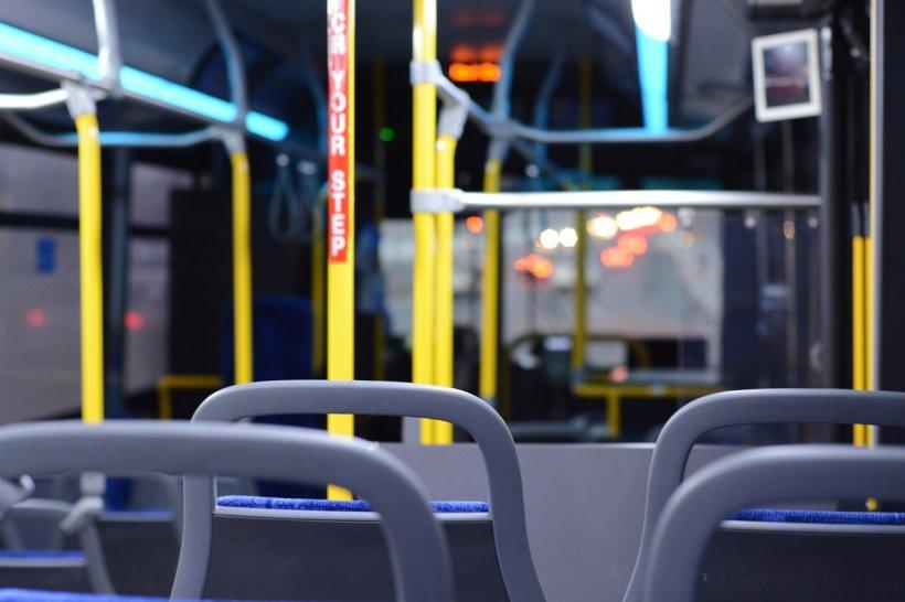 Atac îngrozitor într-un autobuz! Două tinere, bătute și lăsate pline de sânge. E incredibil de la ce a pornit totul