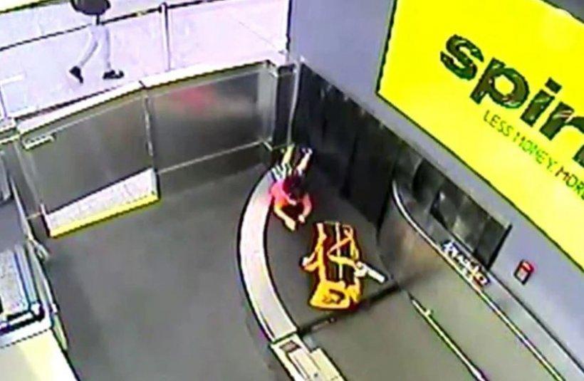 Copilul s-a desprins de lângă mama lui care printa biletele și s-a așezat pe banda de bagaje. Au urmat momente de panică totală pe aeroport