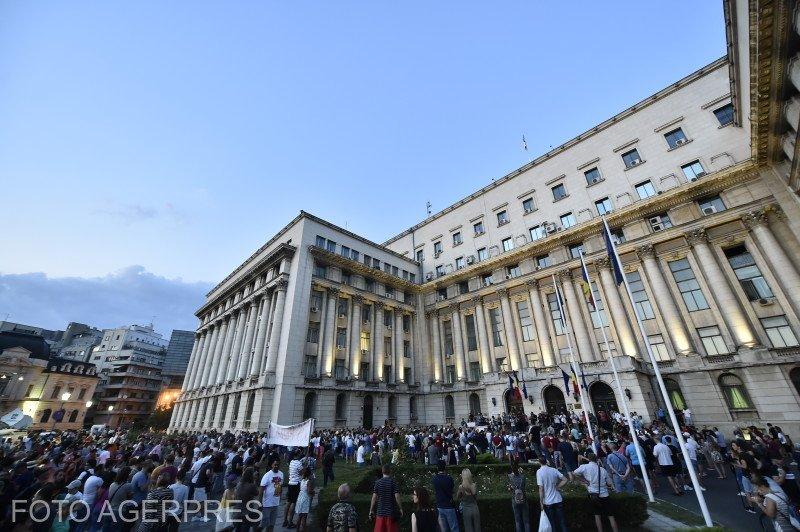 Noi proteste după tragedia din Caracal. Sute de persoane s-au strâns în fața MAI