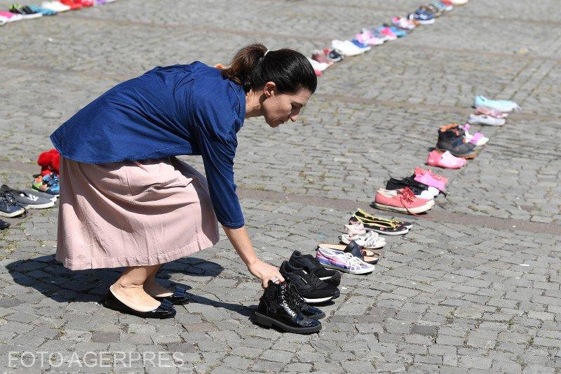 Sute de perechi de pantofi - depuse în faţa Ministerului de Interne, în memoria copiilor dispăruţi