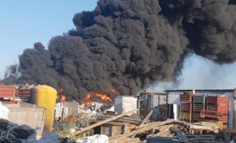 Un depozit de gunoaie din Bihor a luat foc. Oamenii au fost avertizaţi prin Ro-Alert să stea în case