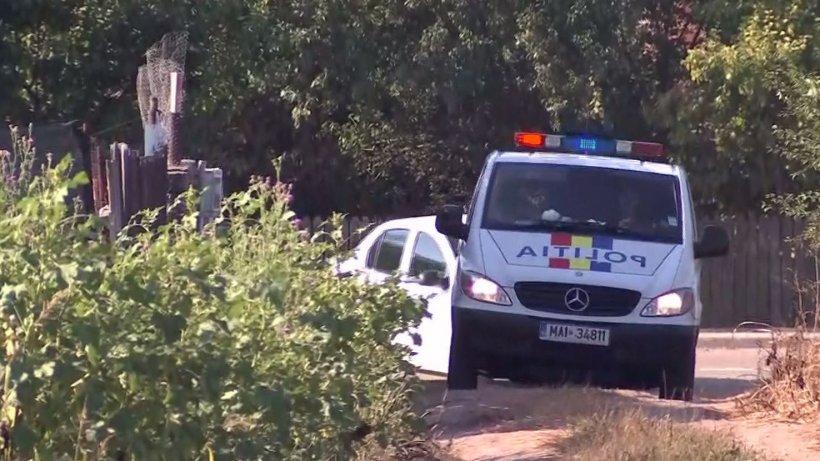 Anchetatorii au finalizat cercetarea de la suprafaţă din curtea lui Gheorghe Dincă. Zeci de kilograme de gunoaie au fost strânse în saci şi transportate cu un tractor