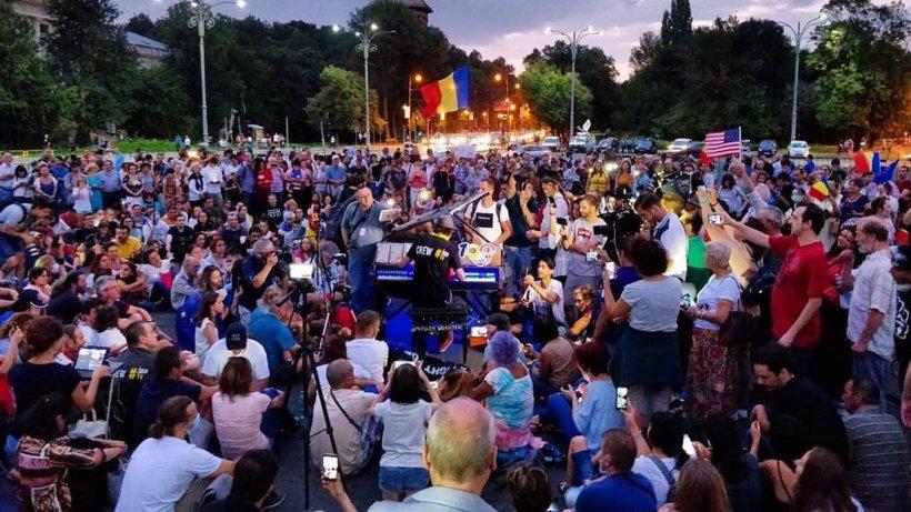 Celebrul pianist Davide Martello a continuat concertul din Piața Victoriei și după protest (VIDEO)