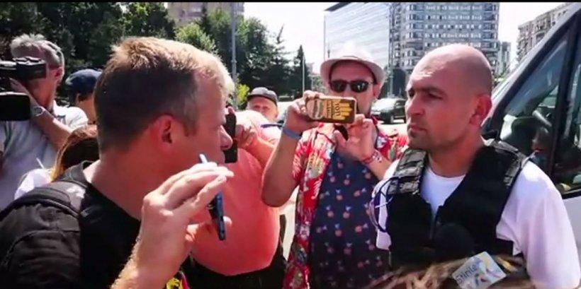Protest 10 august. Câteva mii de persoane au ajuns în Piața Victoriei, cu steaguri și pancarte 16