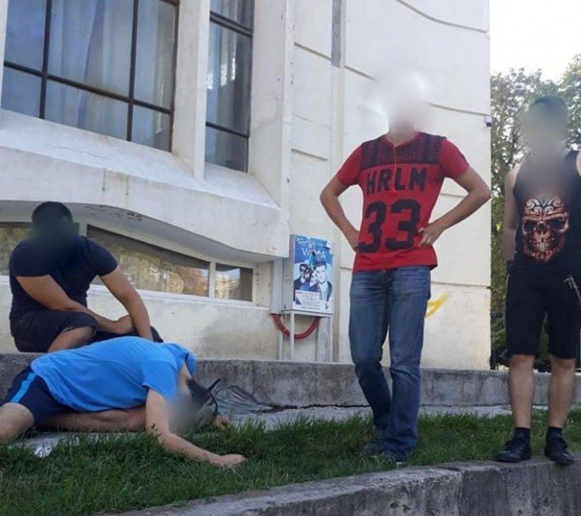 Mai mulți tineri din Focșani au atras atenția trecătorilor. Când au văzut despre ce este vorba, oamenii au alertat de urgență autoritățile - VIDEO
