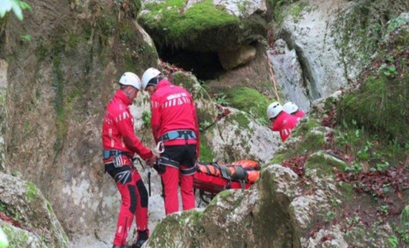 Acțiune de salvare în Gorj. Patrutineri s-au prăbuşit cu maşina într-o râpă adâncă de 15 metri