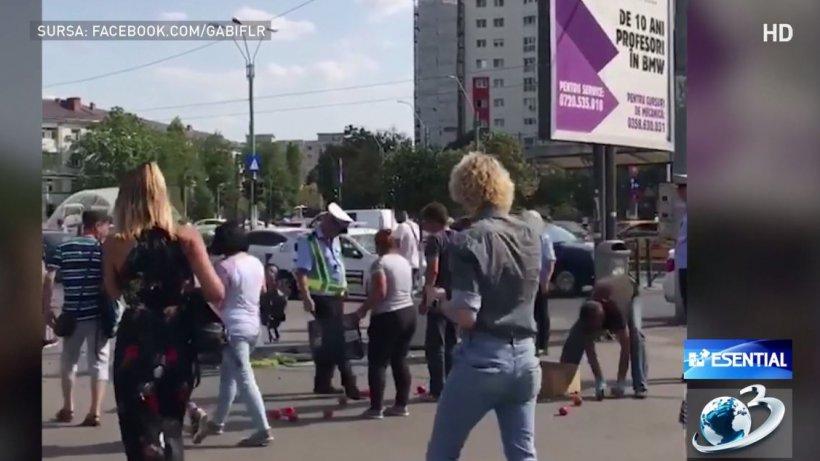 Poliţiştii din Capitală, filmaţi cum se luptă cu lăzile de roşii ale unor vânzători ambulanţi - VIDEO