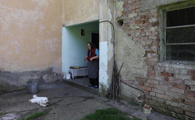 Ana are 85 de ani și a ajuns să trăiască singură într-un bloc-fantomă din munții Hunedoarei. Povestea incredibilă a unei supraviețuitoare