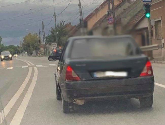 Se afla pe o șosea, în drum spre Oradea, când a văzut ceva de neimaginat într-o mașină. Pare o glumă, dar e cruda realitate! (FOTO)