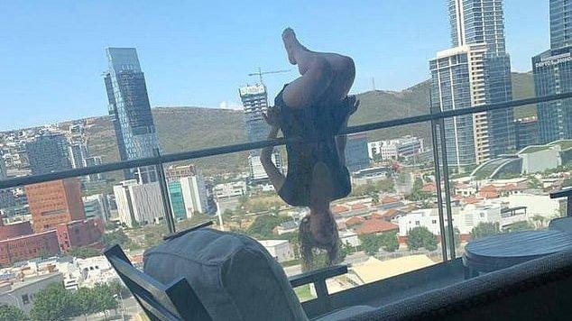 Alexa a făcut o cascadorie pe marginea balconului și, într-un moment de neatenție, a căzut în gol. E incredibil ce s-a întâmplat apoi. Toată lumea e șocată