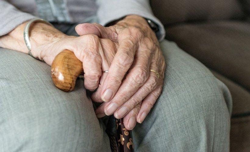Un bărbat din Botoșani a fost reţinut după ce, timp de două zile, a sechestrat, agresat şi violat o bătrână de 72 de ani. Cum a fost prins