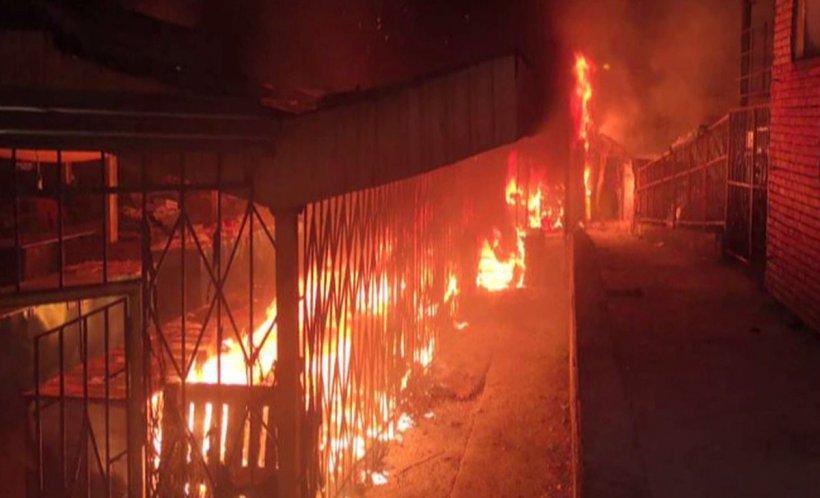 Incendiu violent. Piață distrusă de flăcări la Reșița! Oamenii vorbesc de o mână criminală