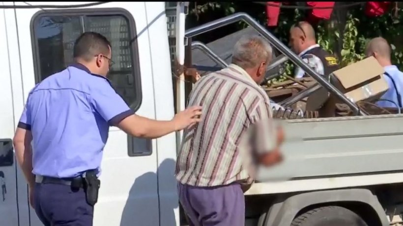 Anchetatorii au strâns șapte camioane de probe de pe proprietatea lui Gheorghe Dincă: Sunt sortate. Multe dintre haine au fost aruncate