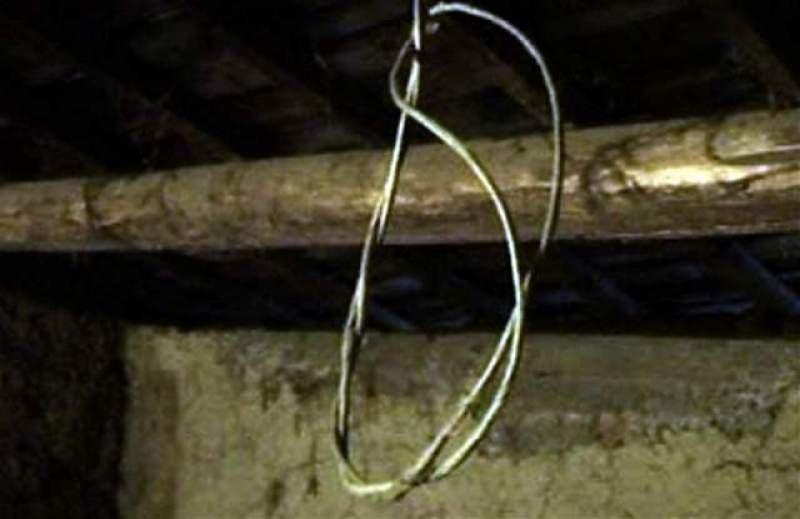 Un bărbat a fost găsit spânzurat sub pod, la Buzău. Oamenii au fost îngroziți