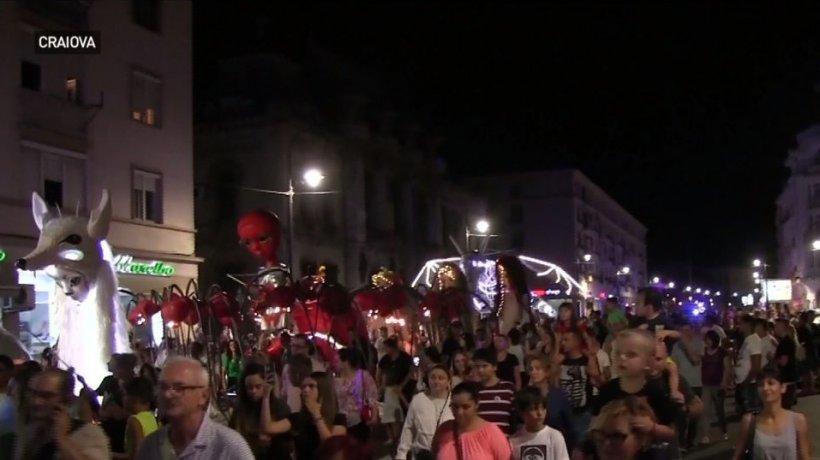 Paradă a păpuşilor gigantice la Craiova. Imagini de la Festivalul Puppets Occupy Street - VIDEO
