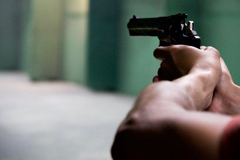 Femeie amenințată cu pistolul de doi indivizi mascați, pe o stradă din Cluj (VIDEO)